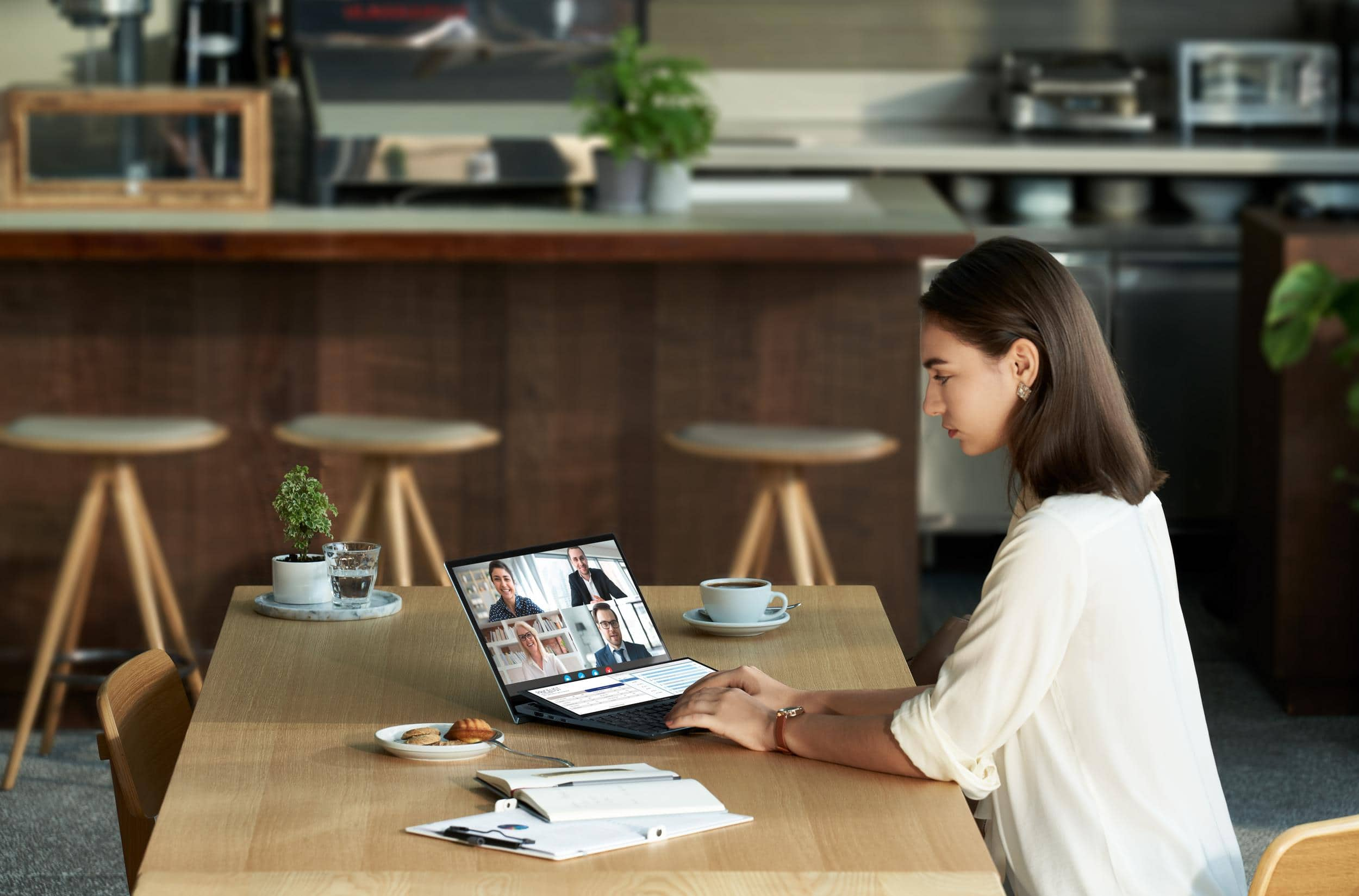 ZenBook Duo 14 UX482 mới là siêu phẩm hướng đến khả năng làm việc đa nhiệm với thiết kế 2 màn hình trên cùng một thân máy nhỏ gọn