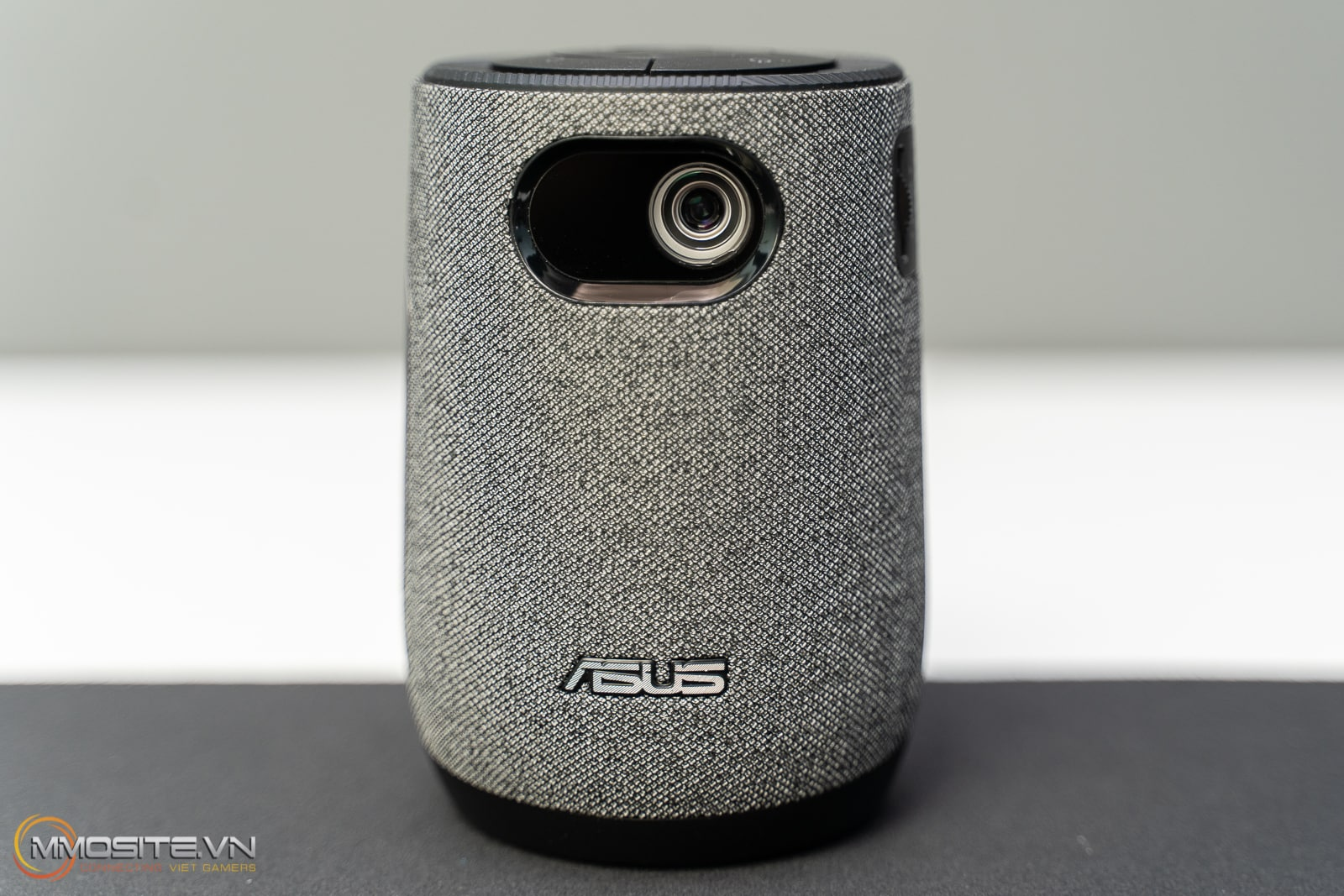 Máy chiếu di động ASUS ZenBeam Latte L1 chính là một thiết bị mà bạn đáng nên sắm cho mình trong mùa bóng Euro 2021.