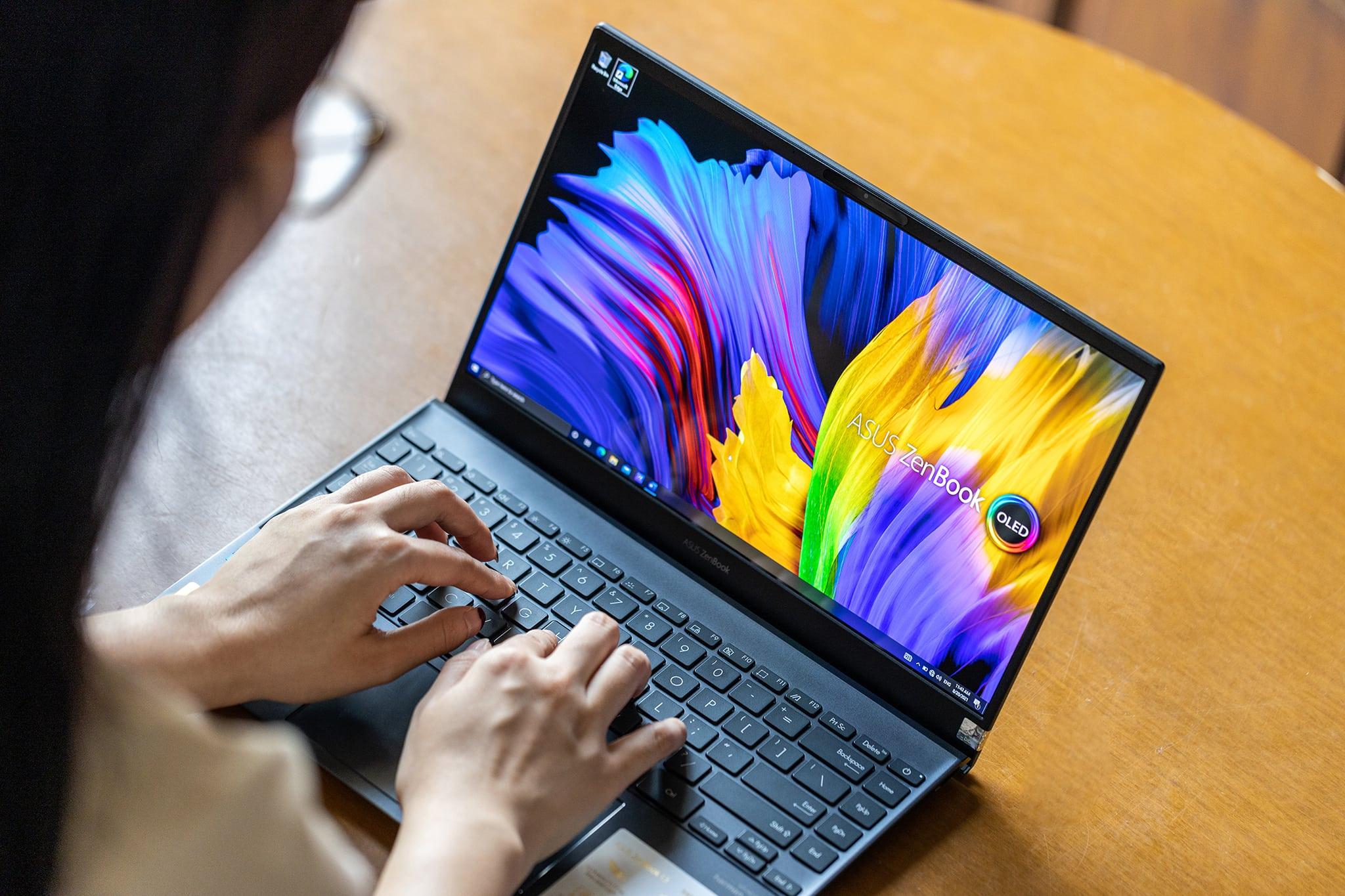 ZenBook 13 UX325 OLED chính là một trong những sản phẩm máy tính xách tay ASUS được trang bị màn hình OLED